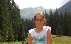 dziewczynka-uwielbia-wedrowki-gorskimi-szlakami