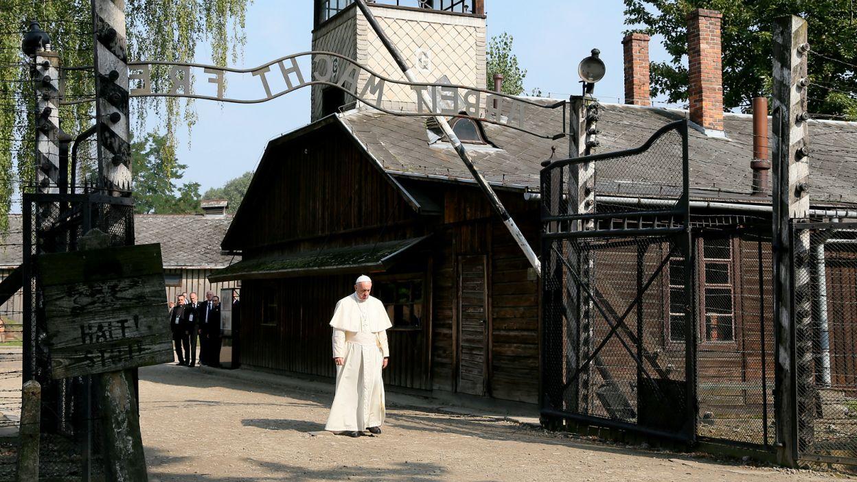 Franciszek pieszo przeszedł przez bramę obozu Auschwitz (fot. PAP)
