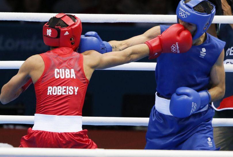Reprezentant gospodarzy Andrew Selby przegrał w ćwierćfinale wagi muszej z Kubańczykiem Ramirezem (fot. PAP/EPA)