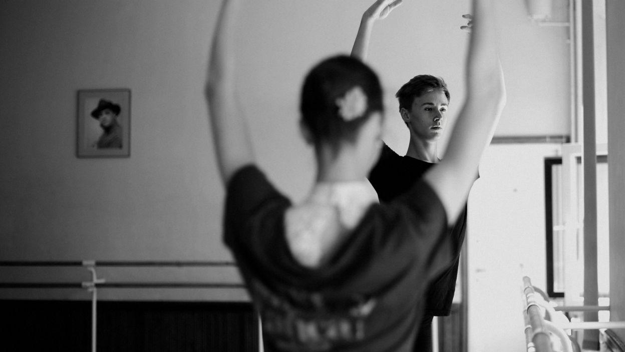 Tancerze, oprócz indywidualnych treningów, mają także wspólne ćwiczenia z pozostałymi uczestnikami (Nikola Dworecka, Łukasz Bałoniak, fot. Z. Gąsiorowska)