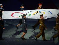 Olimpijska flaga została zdjęta z masztu na Stadionie Olimpijskim (fot. PAP/EPA)