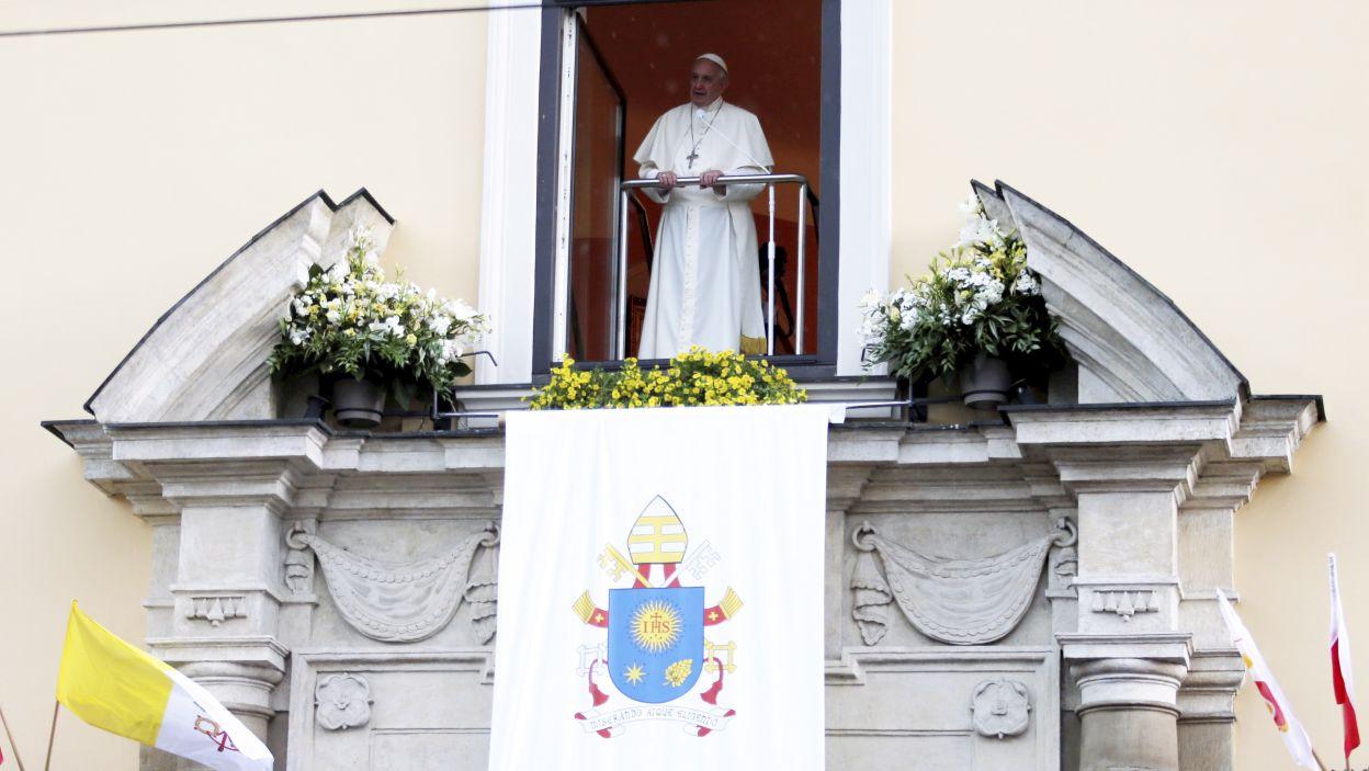 Papież Franciszek niespodziewanie pojawił się w oknie papieskim, aby pożegnać się z wiernymi zgromadzonymi na Franciszkańskiej (fot. PAP)