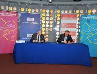 Uroczysty moment podpisania umowy (fot. Jan Bogacz)