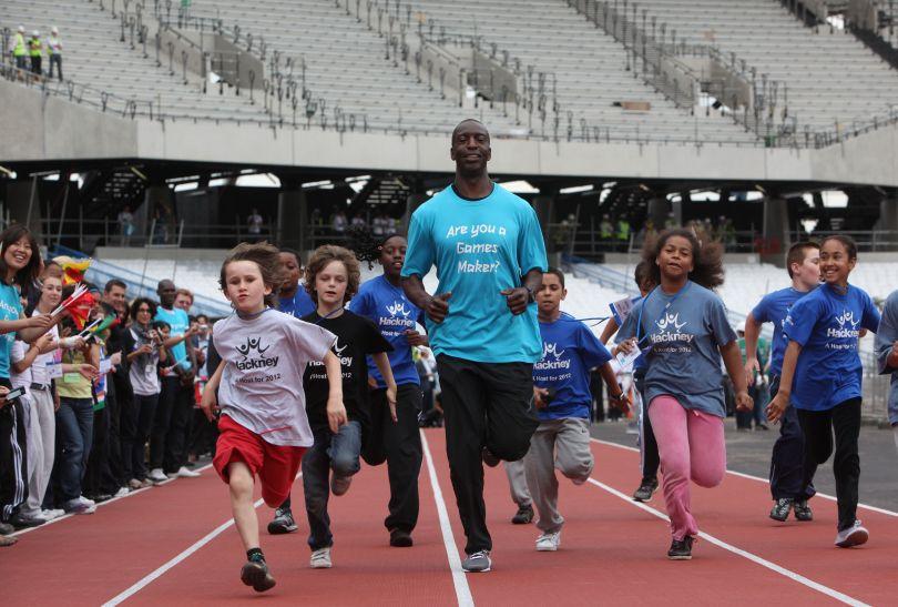 Michael Johnson i młodzi adepci biegania na Stadionie Olimpijskim (fot. LOCOG)