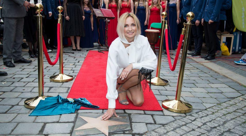 W dowód uznania, Ania Wyszkoni została uhonorowana w 2017 roku własną gwiazdą w Alei Gwiazd Polskiej Piosenki w Opolu (fot. TVP)