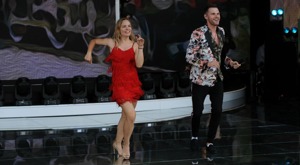 Marek Kaliszuk szykuje na wieczór coś specjalnego. Czy będzie to jego popisowy taniec? (fot. N. Młudzik/TVP)