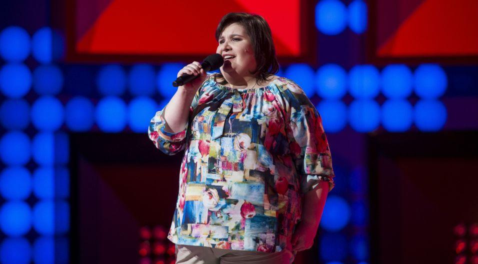 """Dorota Goliniewska z Częstochowy, wokalistka chóru Hosanna, śpiewała """"Oszukać los"""" (fot. J. Bogacz/TVP)"""
