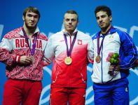 Adrian Zieliński pokonał Aptiego Aukadowa (L) i Kianousha Rostamiego (fot. Getty Images)