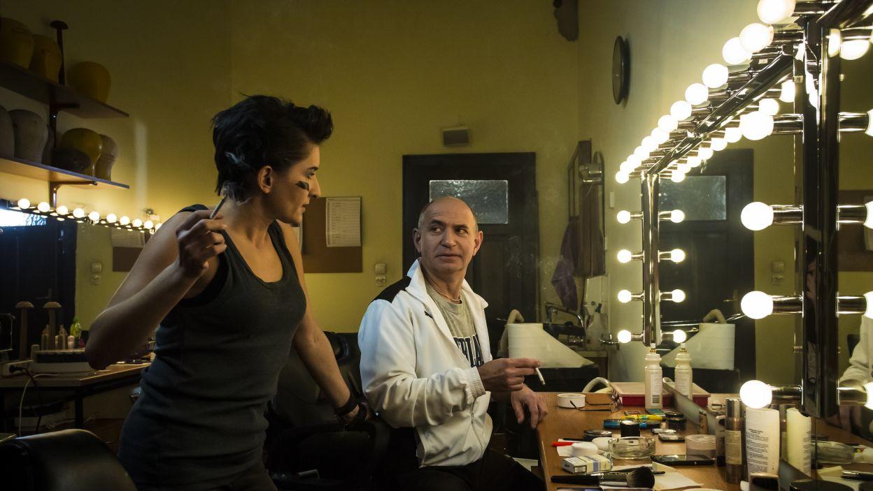 Rozmowy w garderobie przed spektaklem, który jednak odbędzie się. (fot. Maria Wytrykus/TVP)