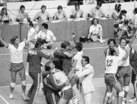 Radość siatkarzy, którzy w 1976 roku w Montrealu zdobyli złoto (fot. PAP)