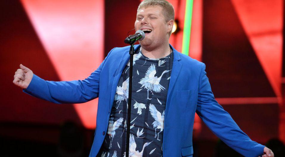 """Michał Wiśniewski, choć z zawodu jest masażystą, kocha śpiewać i całkowicie się temu oddaje. Na scenie udowodnił to, prezentując piosenkę pt. """"Zew"""". Czy ten świeży powiew talentu poczuła publiczność? (fot. TVP/Jan Bogacz)"""