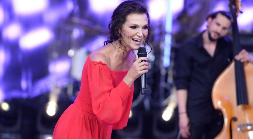 """Konkursowe zmagania rozpoczęła Olga Bończyk, romantycznym utworem """"Więcej niż kochanek"""" (fot. J. Bogacz/TVP)"""