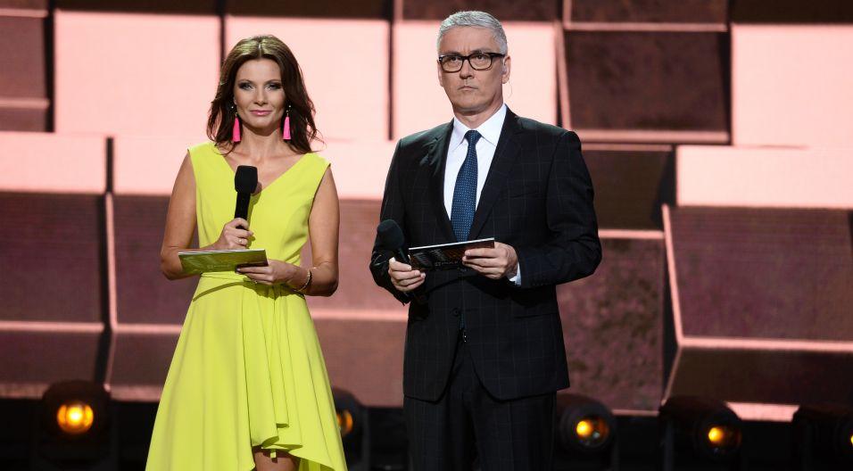 Wyróżnienie wręczyli mu prowadzący: Agata Konarska oraz Artur Orzech (Fot. J. Bogacz/TVP)