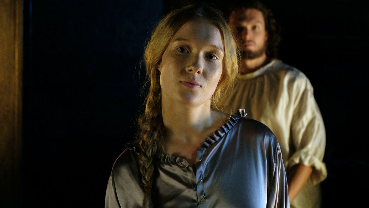Uważa, że synowa nie jest godna pełnienia królewskich funkcji i chce się jej pozbyć się z dworu (fot. TVP)