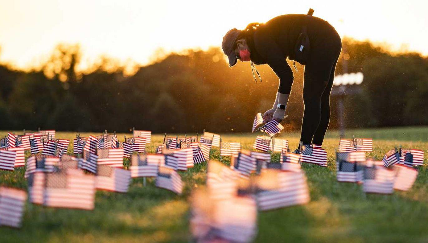 Na trawniku przed Pomnikiem Waszyngtona pojawiają się flagi symbolizujące ofiary koronawirusa w USA (fot. PAP/EPA/JIM LO SCALZO)