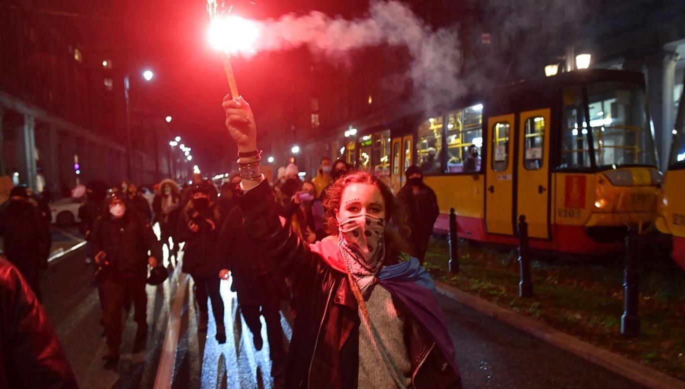 Jedna osoba została zatrzymana za naruszenie nietykalności policjanta (fot. PAP/Radek Pietruszka)