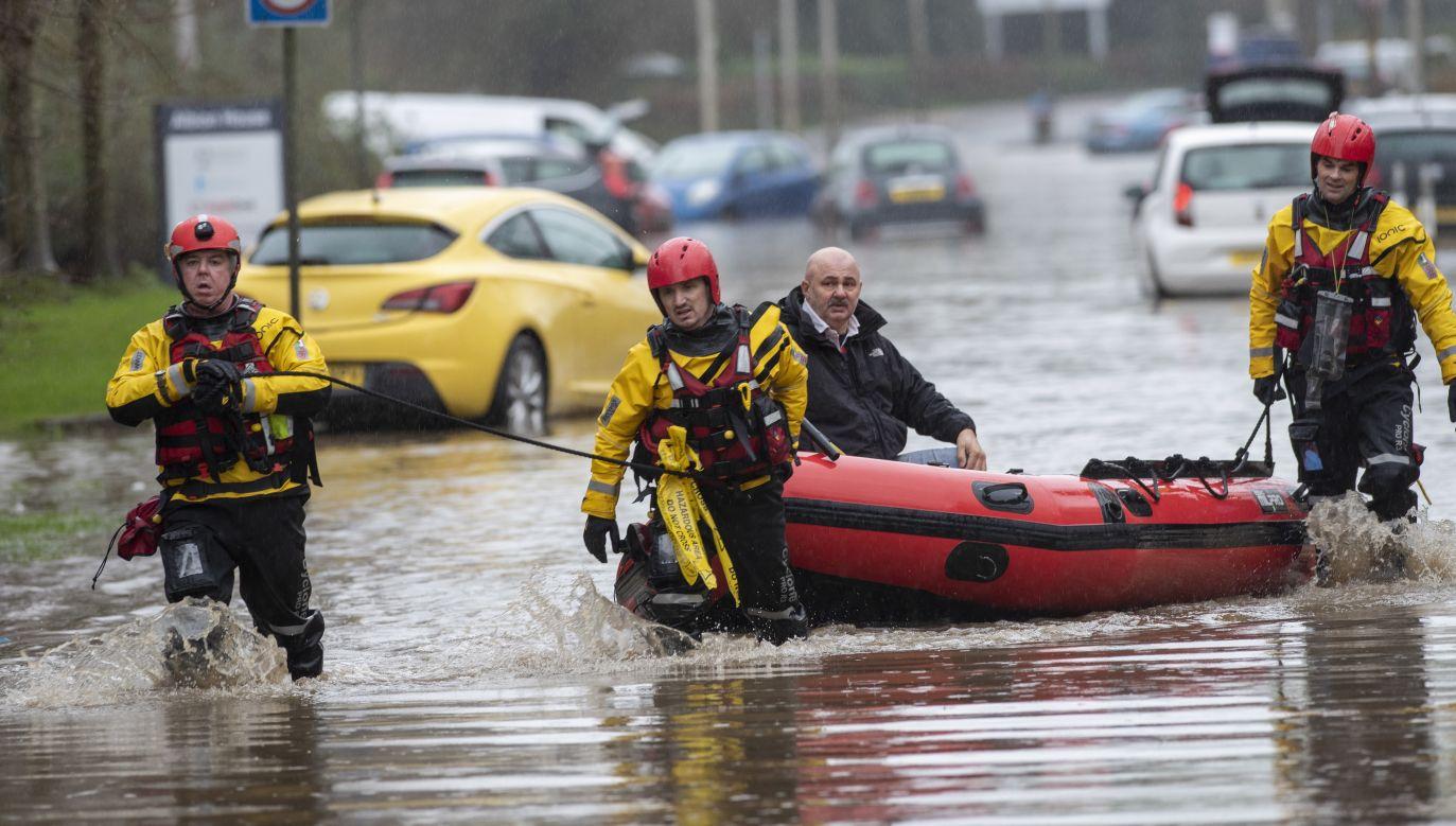 Nie jest na razie jasne, ile osób poniosło śmierć wskutek sztormu Dennis (fot. PAP/ EPA/NEIL MUNNS)