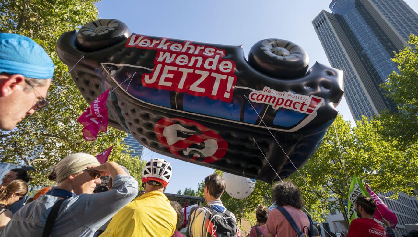 Uczestnicy protestu domagali się m.in.: natychmiastowej rezygnacji z silników spalinowych, zaprzestania produkcji aut terenowych, przesiadania się na małe elektryczne auta miejskie(fot. PAP/EPA/RONALD WITTEK)