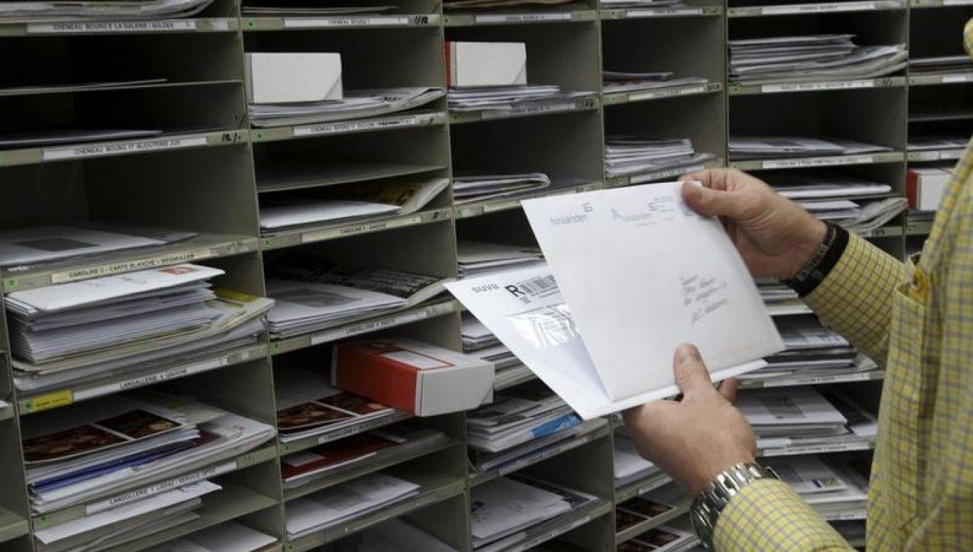 Listonosz sortujący listy w urzędzie pocztowym w Lozannie (fot. REUTERS / Denis Balibouse, zdjęcie ilustracyjne)