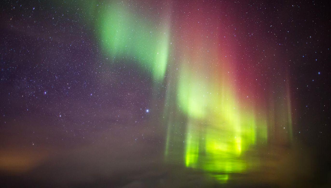 Zorze polarne na Ziemi powstają, gdy elektrycznie naładowane cząstki z wiatru słonecznego uderzają w górną warstwę ziemskiej atmosfery (fot. Shutterstock/Victor Maschek)