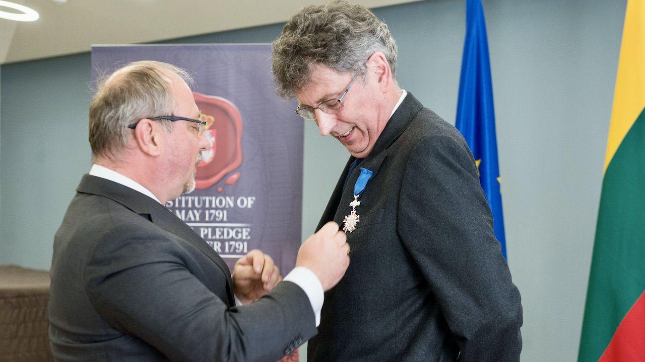Arkady Rzegocki  przekazał Robertowi Frostowi Order Zasługi Rzeczypospolitej Polskiej  (fot. tt/@ArkadyRzegocki/Marcin Mazur)