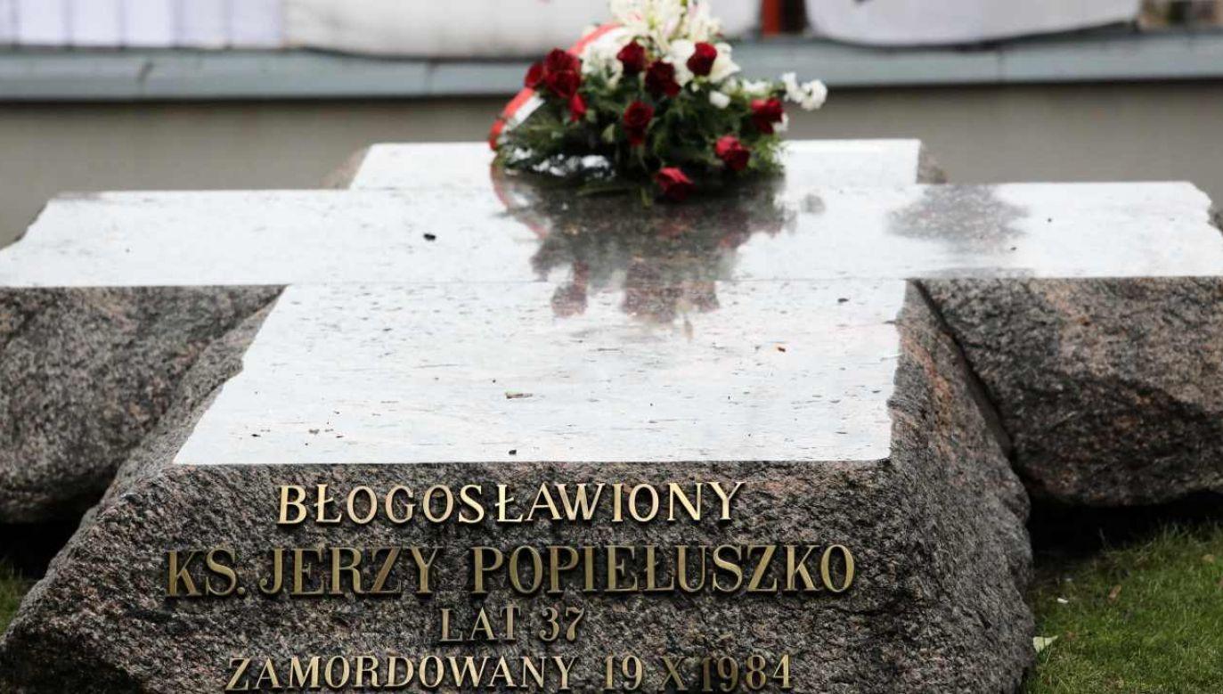 Grób ks. Jerzego Popiełuszki przed kościołem pw. św. Stanisława Kostki w Warszawie (fot. PAP/Tomasz Gzell)