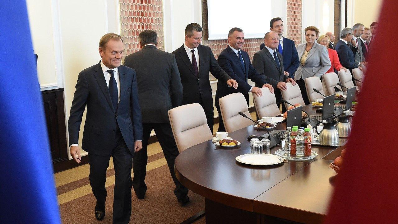 Premier Donald Tusk na spotkaniu rządu w 2014 roku (fot. arch PAP/Radek Pietruszka)