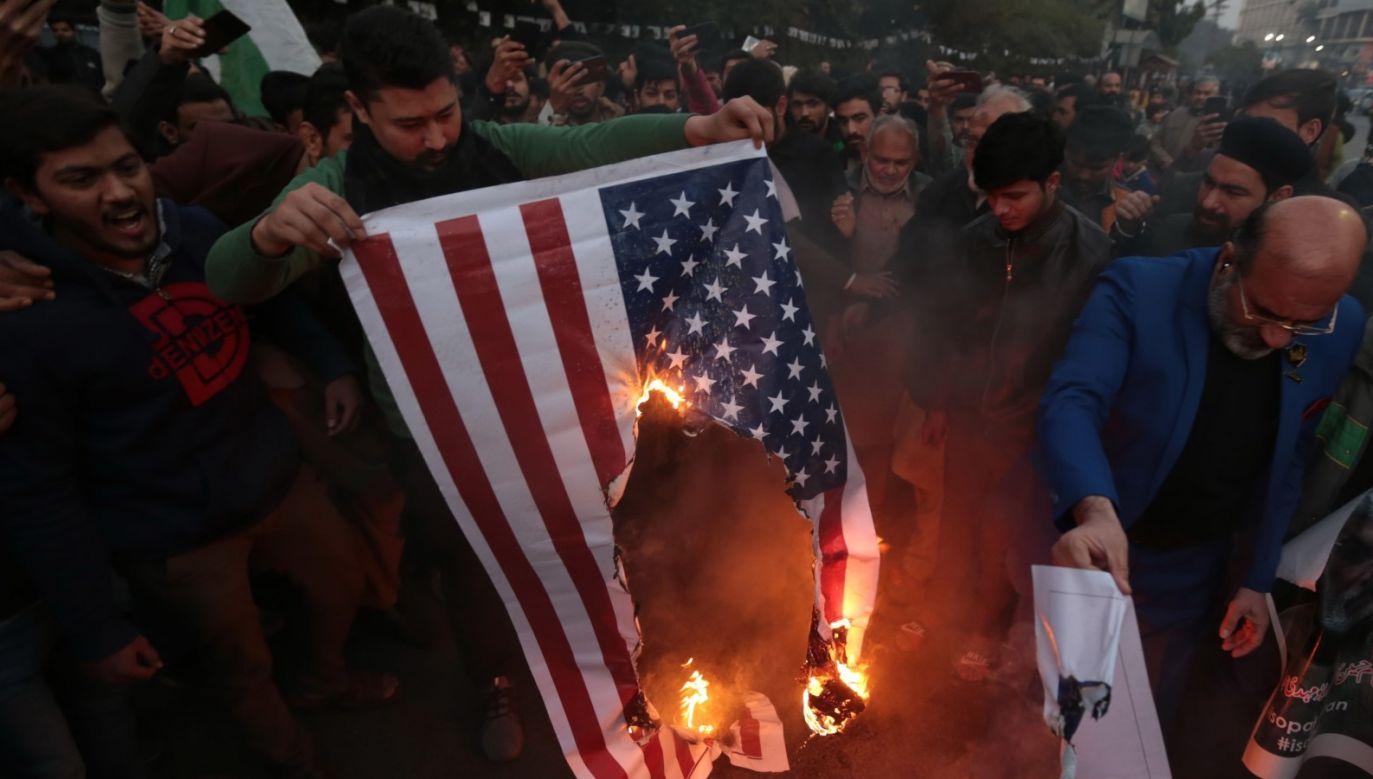 Śmierć gen. Sulejmaniego wywołała antyamerykańskie protesty w wielu krajach muzułmańskich (fot. PAP/EPA/RAHAT DAR)