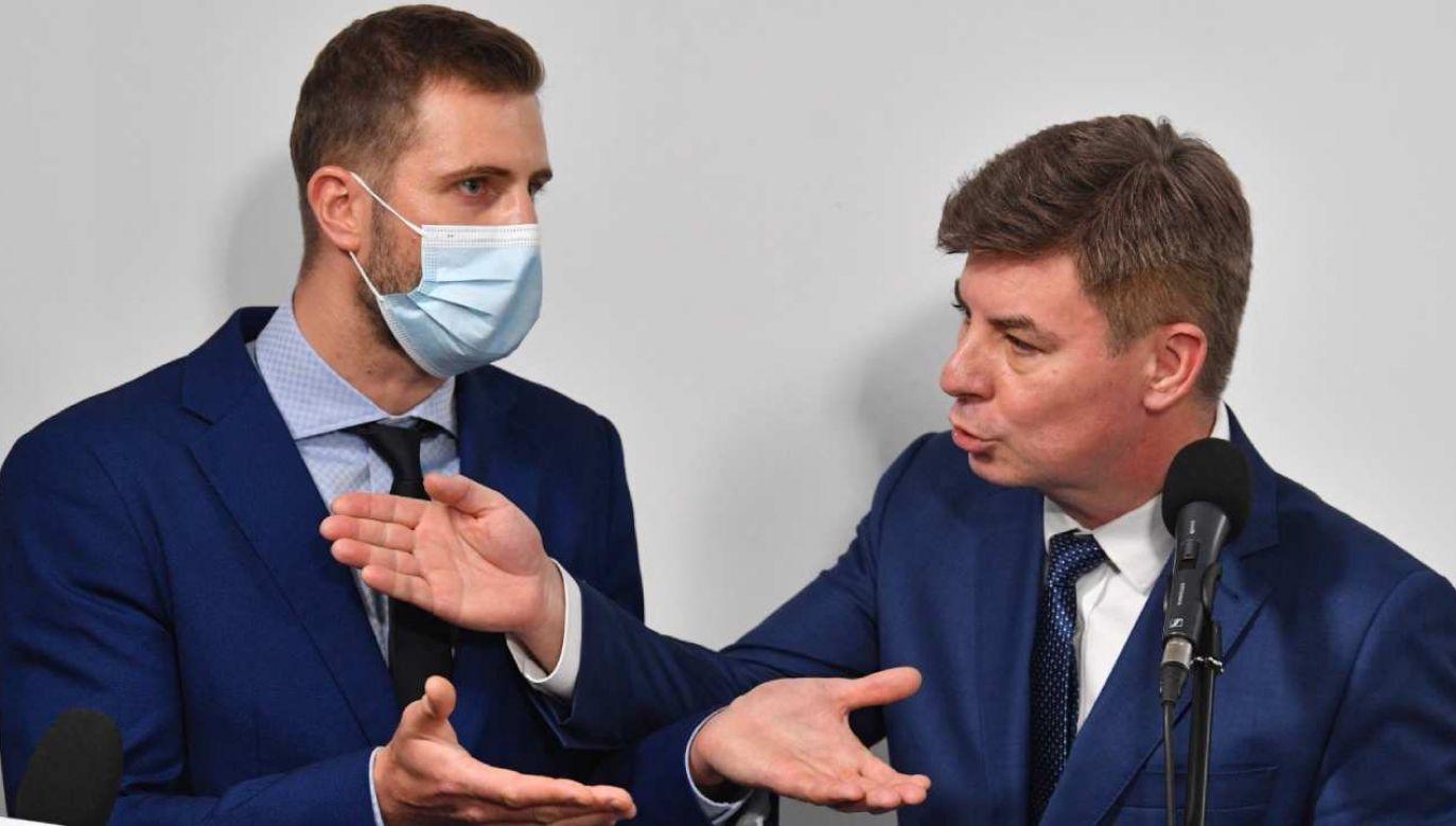 Rzecznik PO Jan Grabiec i dziennikarz TVP Miłosz Kłeczek (fot. PAP/Radek Pietruszka)