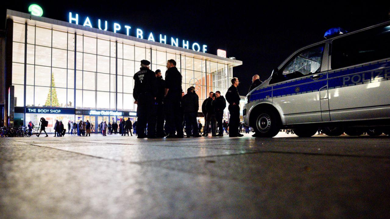 """""""Niemcy w takich sytuacjach, jak ta w noc sylwestrową w Kolonii, są bezradni"""" - uważa niemiecki historyk  (fot. Sascha Schuermann/Getty Images)"""