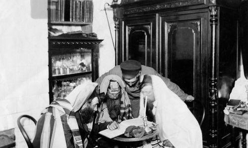 Mężczyźni w żydowskich szatach modlitewnych (Tallit), czytający Talmud, prawdopodobnie w Warszawie na początku XX wieku. Fot. Ullstein bild / ullstein bild via Getty Images