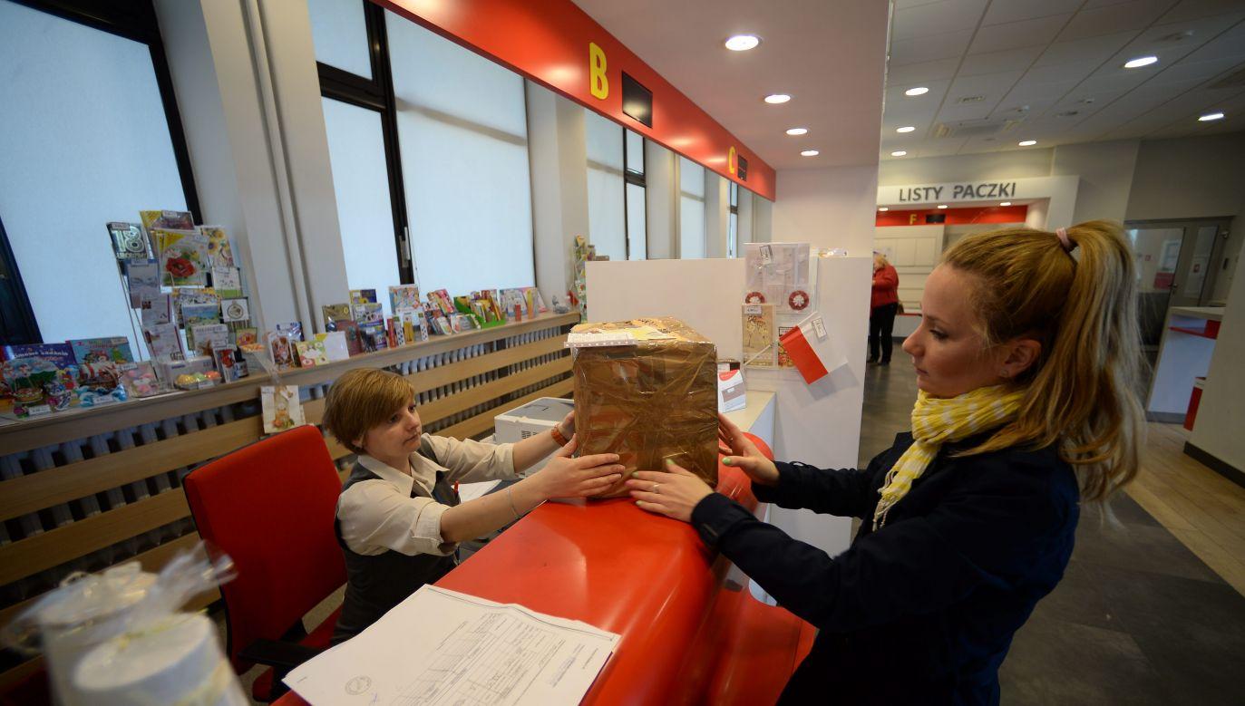 Poczta Polska w związku z koronawirusem ma znacznie więcej pracy (fot. PAP/Bartłomiej Zborowski)