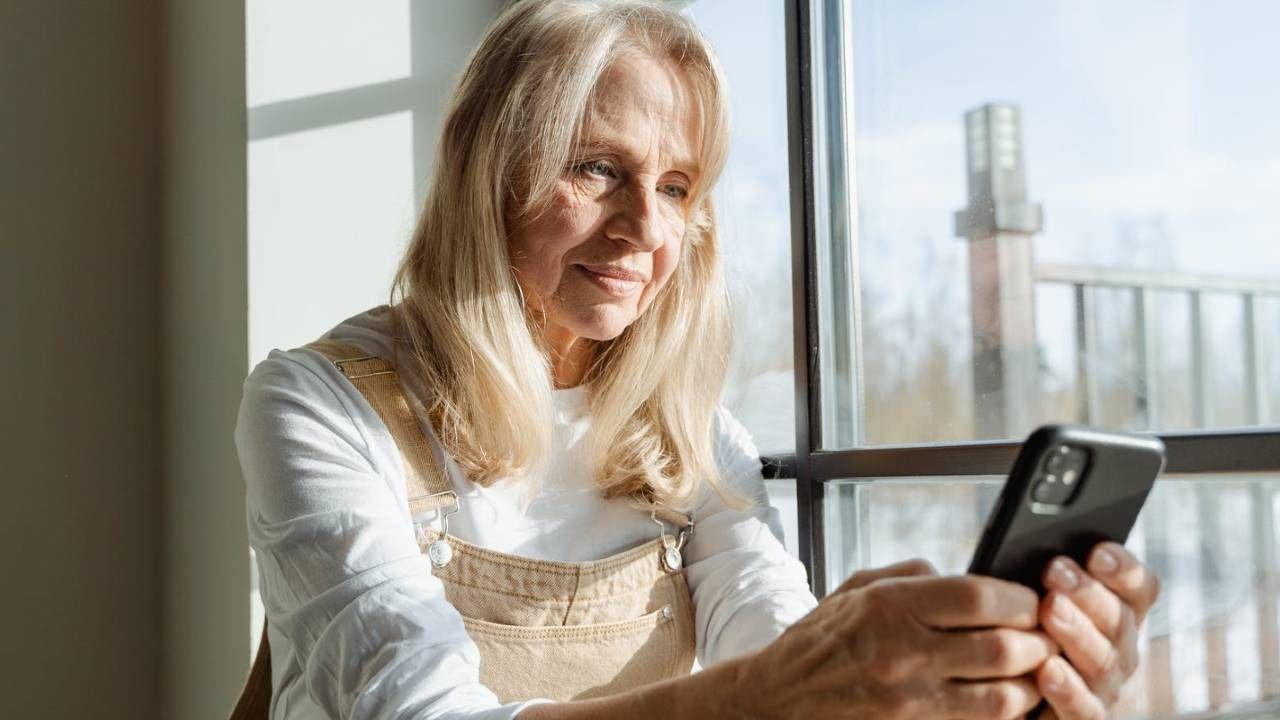 """Istnieje potrzeba zwiększenia """"cyfrowej gotowości"""" starzejącej się populacji na przyszłe kryzysy (fot. Pexels)"""