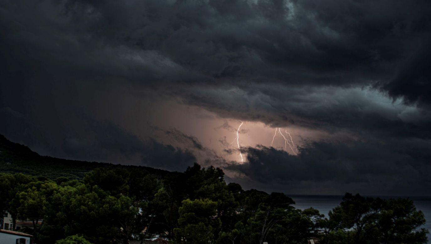 Służby meteorologiczne Hiszpanii podają, że przejście sztormu było najbardziej odczuwalne w nocy z piątku na sobotę w Galicji (fot. PAP/EPA/CATI CLADERA, zdjęcie ilustracyjne)