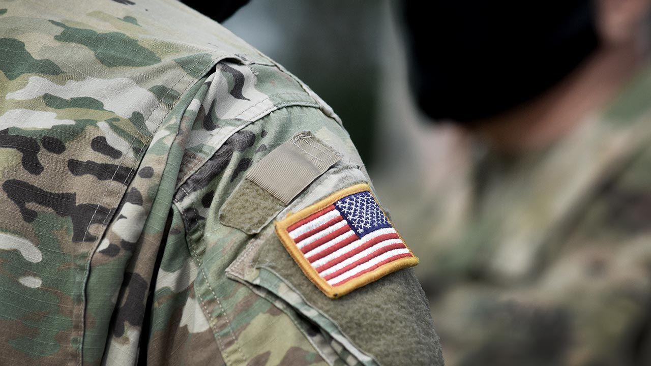 Oszust podawał się za amerykańskiego lekarza wojskowego (fot. Shutterstock/Bumble Dee)