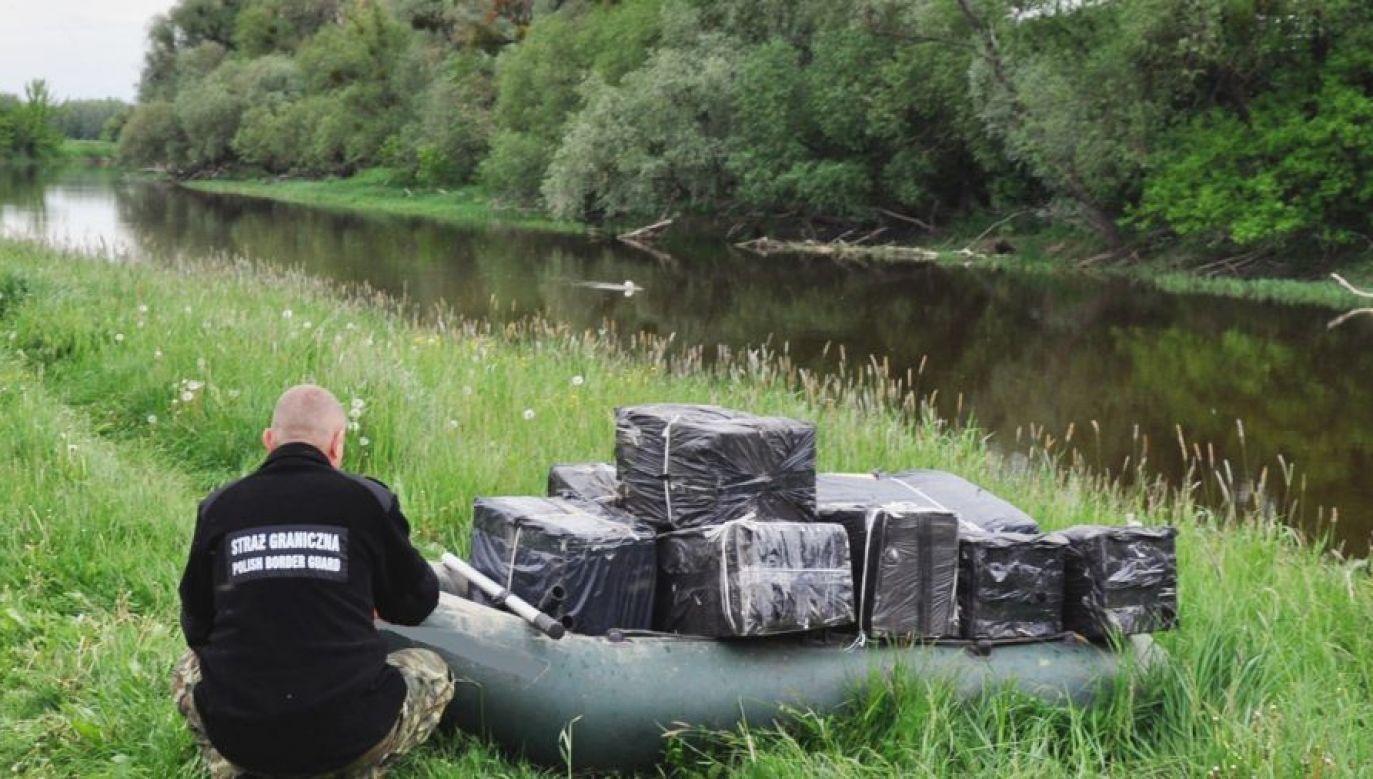 W taki sposób przemyca się z Ukrainy setki tysięcy paczek papierosów (fot. Nadbużański OSG)