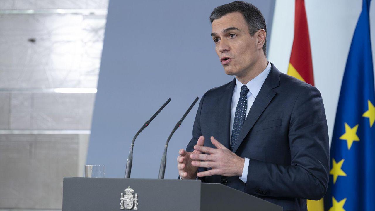 Premier zapewnił, że pracownicy otrzymają całą pensję. Ale będą ją musieli odpracować (fot. Pool Moncloa/Borja Puig de la Bellacasa)