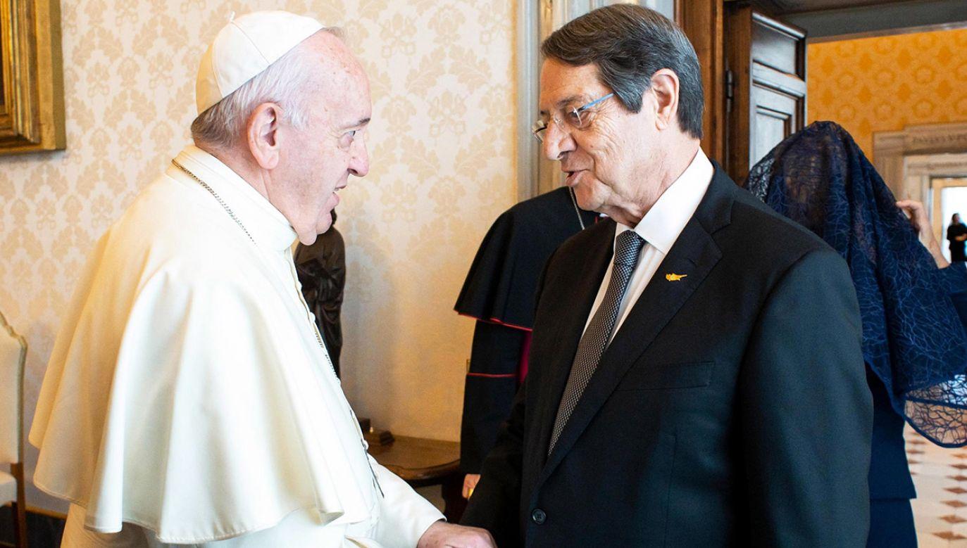 Tematem rozmowy prezydenta z papieżem i sekretarzem stanu kardynałem Pietro Parolinem były m.in. przyjmowanie uchodźców i związane z tym wyzwania (fot. PAP/ EPA/VATICAN MEDIA)