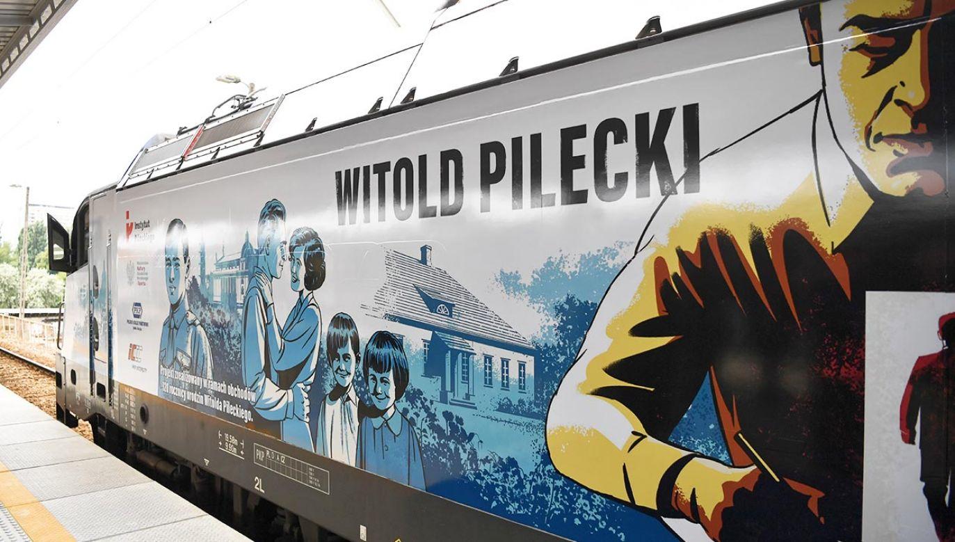 Grafika przedstawia Pileckiego w najważniejszych momentach jego życia (fot.  PAP/Piotr Nowak)