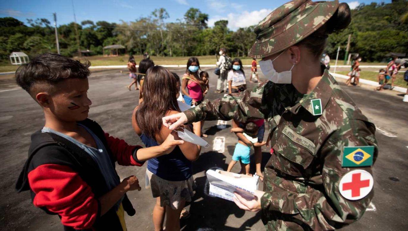 Rdzenni mieszkańcy grup etnicznych Ye'kuana i Yanomami przybywają do specjalnego batalionu granicznego, aby otrzymać pomoc medyczną od sił zbrojnych (fot. PAP/EPA/Joedson Alves)