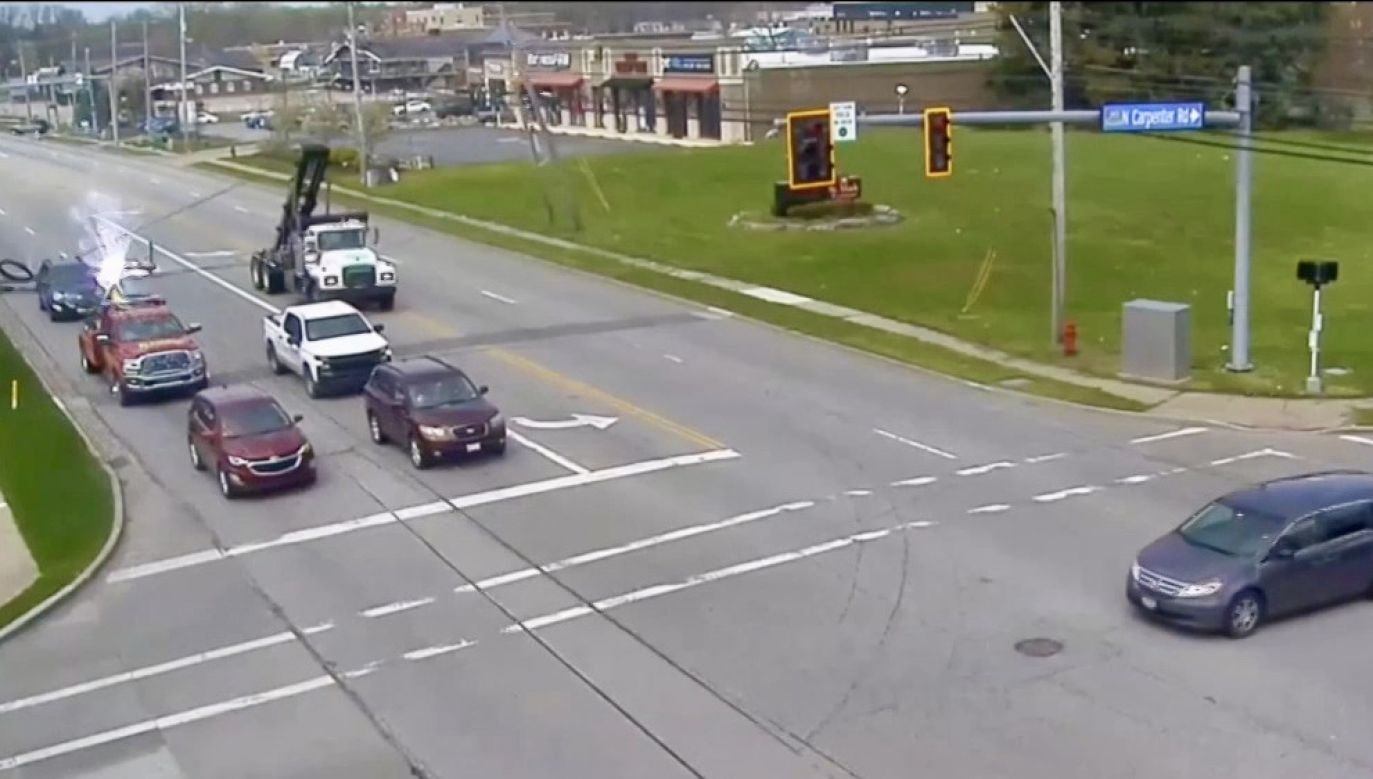Słup wysokiego napięcia spadł na drogę w Ohio w USA (fot. EBU/Brunswick OhioPD)
