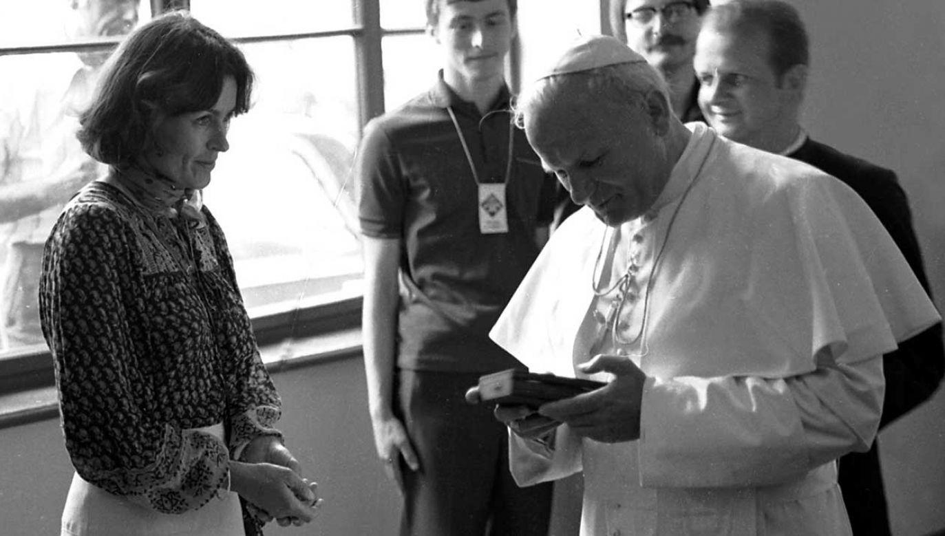 Wanda Rutkiewicz podarowała Janowi Pawłowi II kamień z Mount Everestu. (fot. arch. PAP/Tomasz Prażmowski)