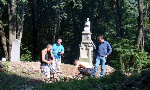Wolontariusze Magurycza podczas pracy na cmentarzu w Uluczu, 2011 r. Fot. Wikimedia/Silar, CC BY-SA 3.0