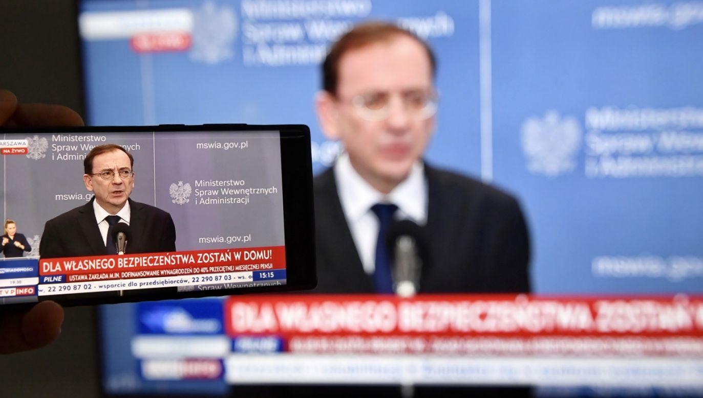 Szef MSWiA skierował prośbę do obywateli o przestrzeganie wprowadzonych przez rząd przepisów (fot. PAP/Radek Pietruszka)