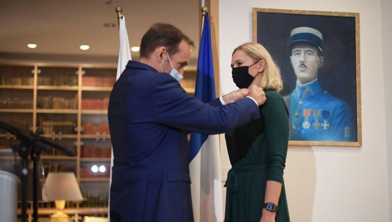 Ambasador Francji w Polsce Frederic Billet wręczył insygnia kawalera francuskiego Narodowego Orderu Zasługi Barbarze Nowackiej(fot. PAP/Marcin Obara)