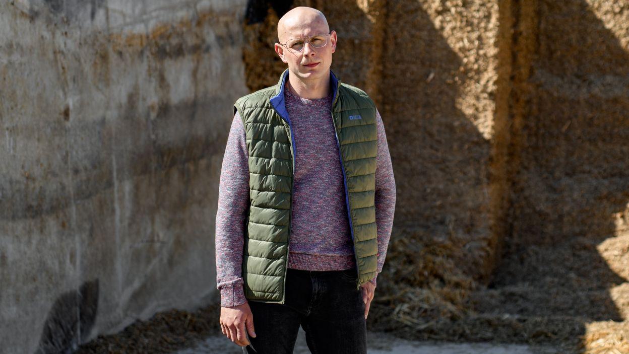 """Piotr ma 31 lat i jest starszym bratem Jakuba. Spędził trochę czasu za granicą, ale wrócił i stał się na gospodarstwie """"złotą rączką"""" (fot. TVP)"""