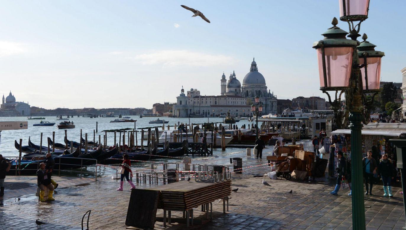 Poziom wody w dotkniętej powodzią Wenecji znów ma wzrastać (fot. PAP/EPA/Andrea Merola)