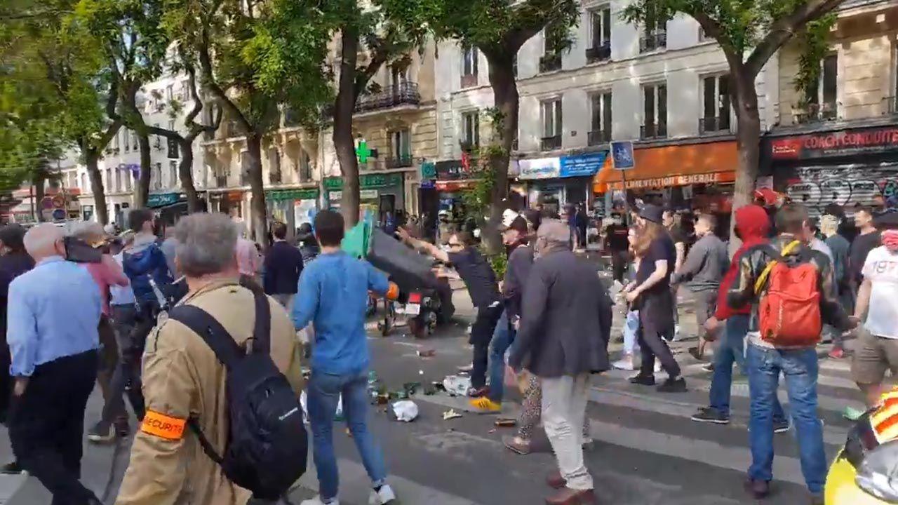 Antifa zaatakowała procesję w Paryżu (fot. Twitter/Jacques Lefort)