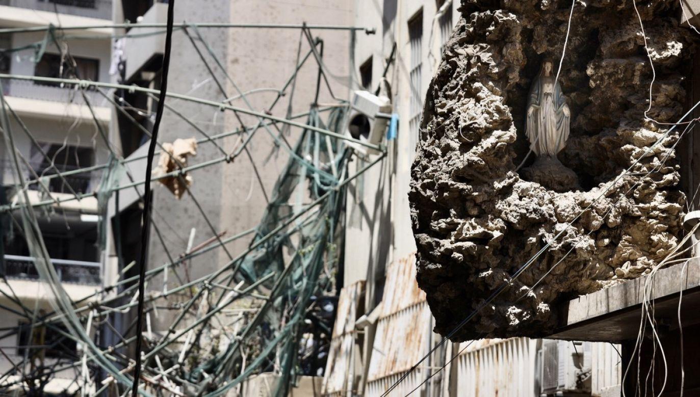 Domy w Bejrucie zostały zdewastowane w wyniku wtorkowej eksplozji (fot. PAP/EPA/IBRAHIM DIRANI/DAR AL MUSSAWIR)