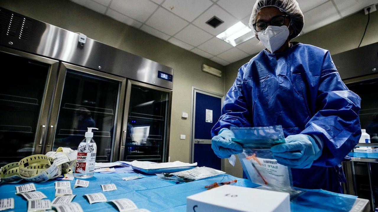 Czynnikiem zwiększającym śmiertelność jest m.in. ciężki przebieg choroby (fot. PAP/EPA/A.CARCONI)